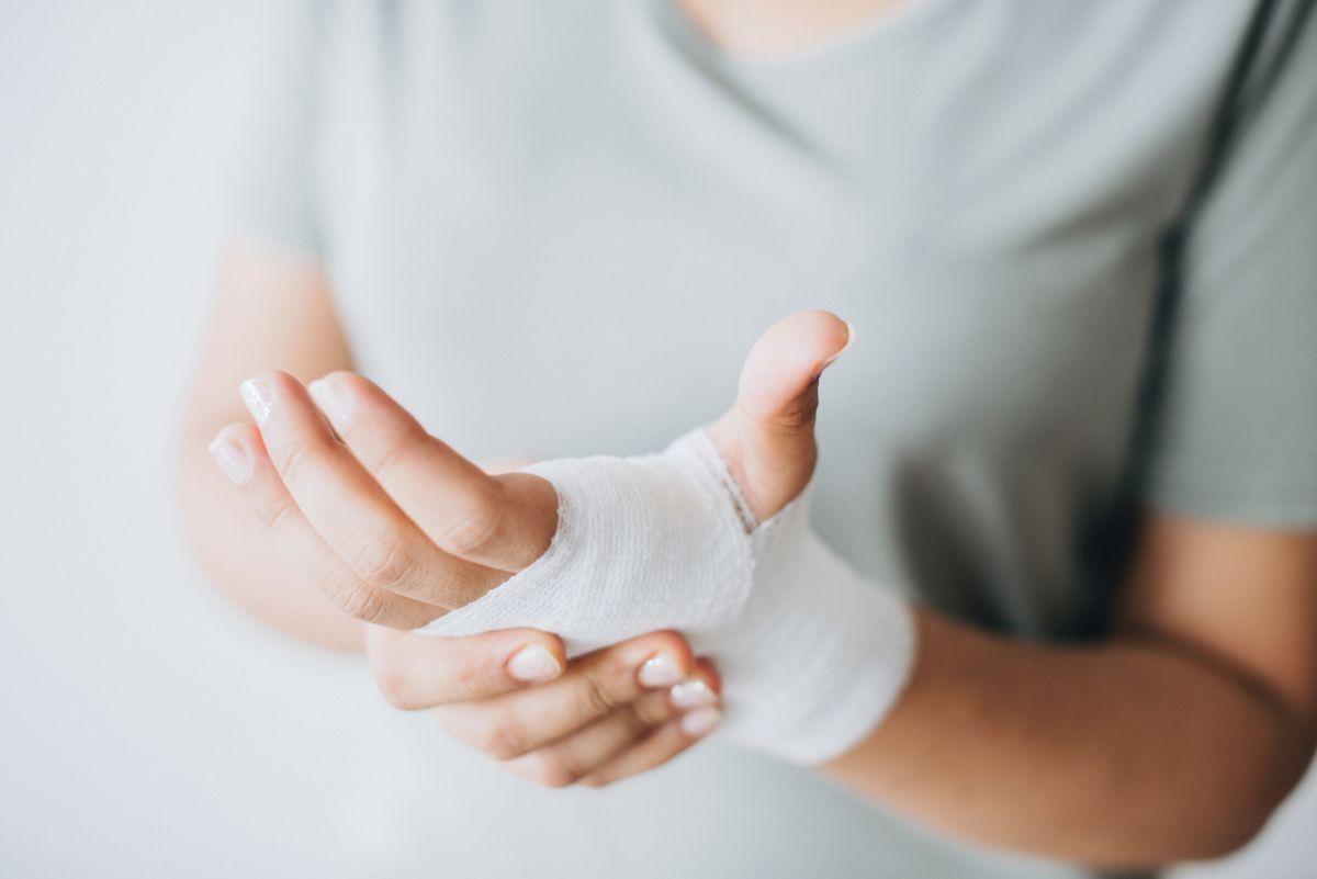 bandage-close-up-hands-1571172